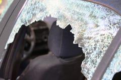 Fenêtre de voiture cassée et verre criqué d'une automobile l'espace vide de copie photo stock