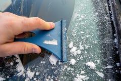 Fenêtre de voiture congelée de nettoyage de la glace images libres de droits