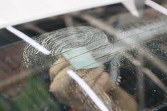 Fenêtre de voiture teintant la série : Élimination du vieux film Photos libres de droits