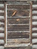 Fenêtre embarquée- dans une vieille cabane en rondins Image libre de droits