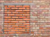 Fenêtre emmurée de bricked-up sur un vieux mur de briques Photo stock