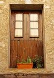 Fenêtre en bois avec des pots de cactus dans un village espagnol Image libre de droits