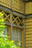 Fenêtre en bois avec des rideaux dans la vieille maison traditionnelle Photographie stock libre de droits