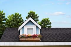 Fenêtre en bois avec la fleur au toit de la maison Image libre de droits