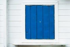 Fen?tre en bois bleue avec le mur blanc photos stock