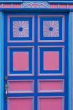 Fenêtre en bois bleue et rose d'un avant colonial de maison dans Salento Photos libres de droits
