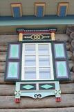 Fenêtre en bois dans la maison en bois images stock
