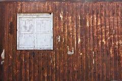 Fenêtre en bois dans la plaque de métal grunge rouillée de vintage Image libre de droits