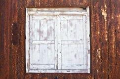 Fenêtre en bois dans la surface métallique rouillée Photographie stock libre de droits