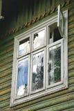 Fenêtre en bois dans la vieille maison traditionnelle Image libre de droits