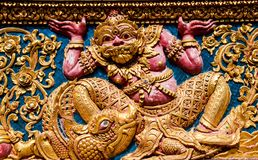 Fenêtre en bois de découpage d'or antique de temple thaïlandais. Image stock