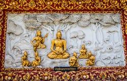 Fenêtre en bois de découpage d'or antique de temple thaïlandais. Images libres de droits