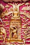 Fenêtre en bois de découpage d'or antique de temple thaïlandais. Photos libres de droits