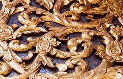 Fenêtre en bois de découpage d'or antique de temple thaïlandais. Image libre de droits