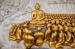 Fenêtre en bois de découpage d'or antique de temple thaïlandais. Photographie stock libre de droits