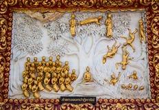 Fenêtre en bois de découpage d'or antique de temple thaïlandais. Photos stock