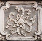 Fenêtre en bois de découpage d'or antique de temple thaïlandais. Thaïlande Photo stock