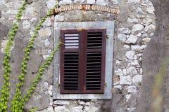 Fenêtre en bois de gril photographie stock libre de droits