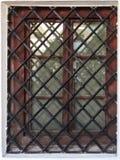 Fenêtre en bois de vieux château avec le trellis de fer Images libres de droits