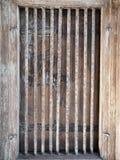 Fenêtre en bois de vieux cru avec la cage en acier photographie stock