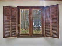 Fenêtre en bois faite de planches en bois Photographie stock