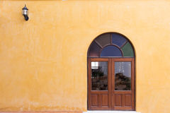 Fenêtre en bois sur le mur jaune de mortier de ciment Images libres de droits
