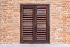 Fenêtre en bois sur un mur de briques photo stock