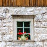 Fenêtre en pierre alpine traditionnelle Photos stock