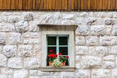 Fenêtre en pierre alpine traditionnelle Photographie stock libre de droits