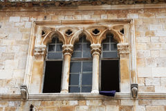 Fenêtre en pierre antique d'ornement Image libre de droits
