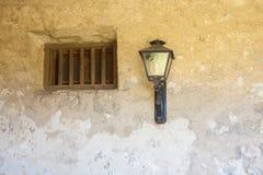 Fenêtre en pierre de mission avec la lampe Photo stock