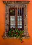 Fenêtre en pierre de ville sur le mur orange photos libres de droits