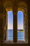 Fenêtre en pierre de voûte avec une belle vue de Mer Adriatique, l'île de Rab, Croatie photo stock