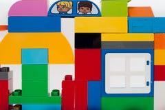 Fenêtre en plastique de whith de blocs de construction de fond multicolore photos libres de droits