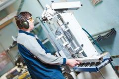 Fenêtre en plastique et fabrication de porte Travailleur coupant le profil de PVC Photos libres de droits