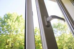 Fenêtre en plastique ouverte de vinyle sur le fond de ciel photographie stock libre de droits