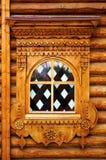 Fenêtre en verre teinté dans une maison en bois Photographie stock libre de droits