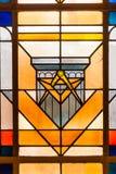 Fenêtre en verre teinté de symbole de franc-maçon de cercle et d'ange image stock