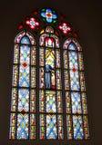 Fenêtre en verre teinté en détail avec Jésus et le saint Photos libres de droits