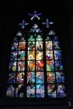 Fenêtre en verre teinté gothique dans la cathédrale de Vitus de saint à Prague Photo libre de droits