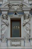 Fenêtre encadrée avec le bas-relief Image stock
