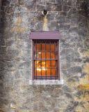 Fenêtre encadrée par bois simple avec des barres en métal image libre de droits