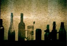 Fenêtre ensoleillée avec les bouteilles photographie stock libre de droits