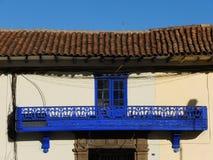 Fenêtre et balcon coloniaux photographie stock libre de droits