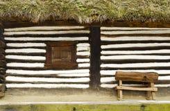 Fenêtre et banc en bois rustiques Image stock
