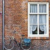 Fenêtre et bicyclettes en Hollande Photo libre de droits