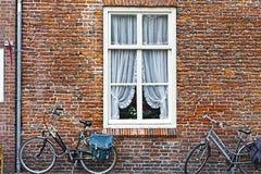 Fenêtre et bicyclettes en Hollande Photos libres de droits