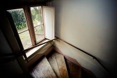 Fenêtre et escalier antique dans la vieille maison image libre de droits