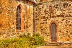 Fenêtre et porte à la vieille église photos stock