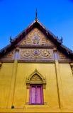 Fenêtre et porte traditionnelles dans le style thaïlandais au temple de la Thaïlande Photos stock